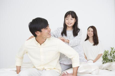団らんする家族の写真素材 [FYI04256235]