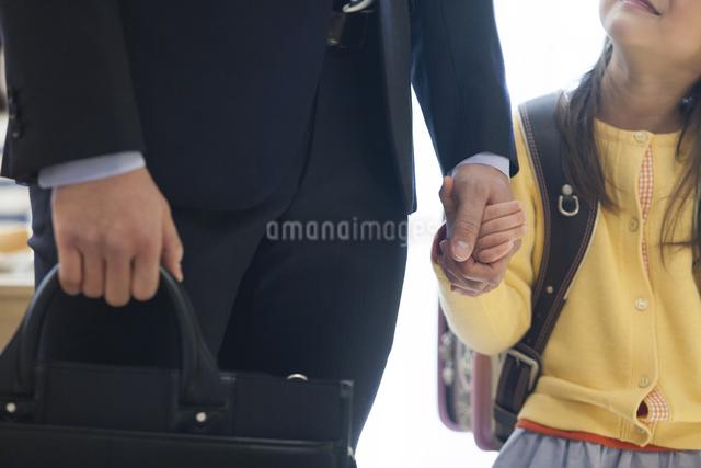 お父さんと手を繋ぐ娘の写真素材 [FYI04256354]