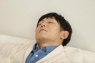ソファで寝るお父さんの写真素材 [FYI04256377]