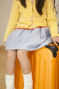 トランクケースと女の子の写真素材 [FYI04256380]