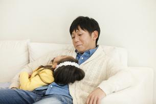 ソファで寝る父子の写真素材 [FYI04256381]