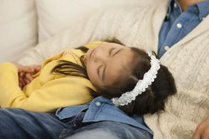 ソファで寝る父子の写真素材 [FYI04256382]