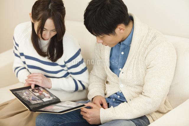 アルバムを見る夫婦の写真素材 [FYI04256388]