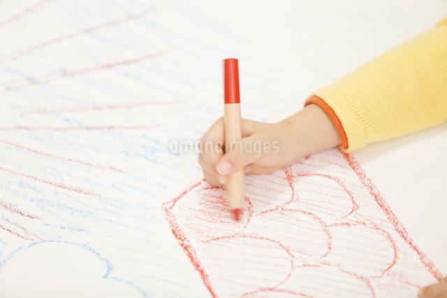 お絵描きする子供達の写真素材 [FYI04256391]
