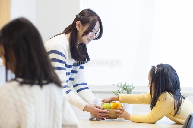 お手伝いをする子供達の写真素材 [FYI04256395]
