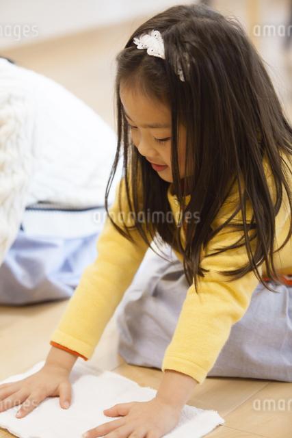 お手伝いをする子供達の写真素材 [FYI04256396]
