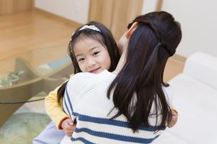 お母さんに甘える娘の写真素材 [FYI04256553]