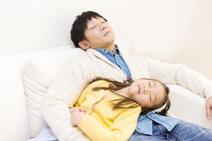 ソファで寝る父子の写真素材 [FYI04256720]