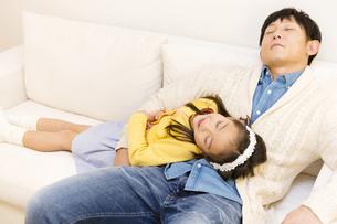 ソファで寝る父子の写真素材 [FYI04256722]