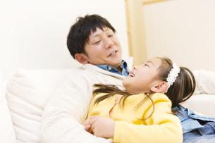 ソファで寝る父子の写真素材 [FYI04256723]