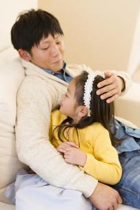 ソファでくつろぐ父子の写真素材 [FYI04256725]