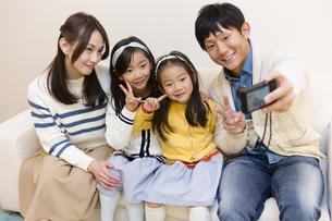 記念撮影をする家族の写真素材 [FYI04256735]