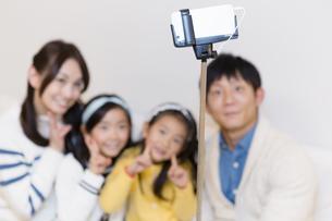 記念撮影をする家族の写真素材 [FYI04256739]