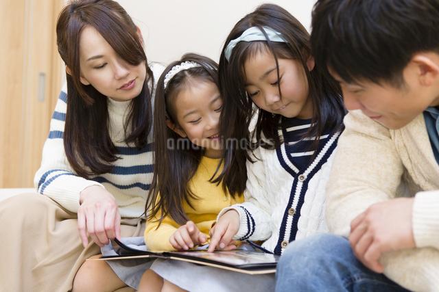 アルバムを見る家族の写真素材 [FYI04256747]