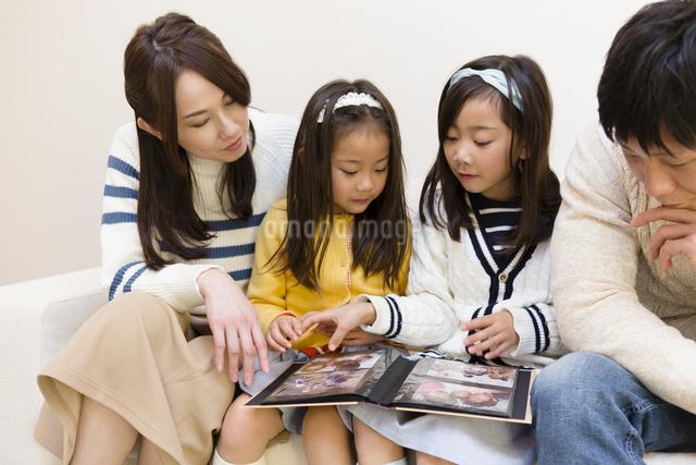 アルバムを見る家族の写真素材 [FYI04256748]