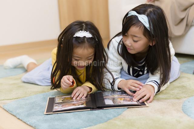 アルバムを見る姉妹の写真素材 [FYI04256754]