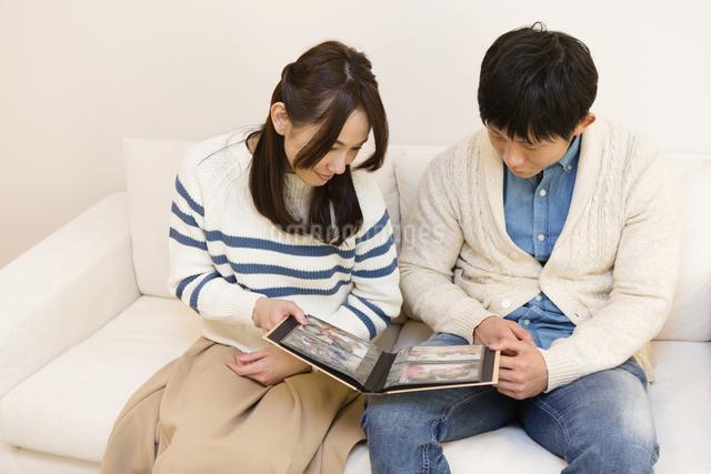 アルバムを見る夫婦の写真素材 [FYI04256757]