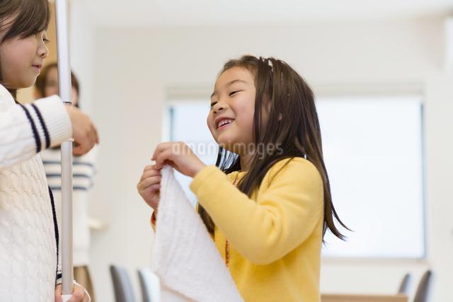 お手伝いをする子供達の写真素材 [FYI04256771]
