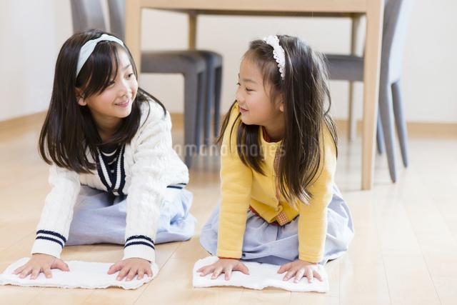 お手伝いをする子供達の写真素材 [FYI04256784]