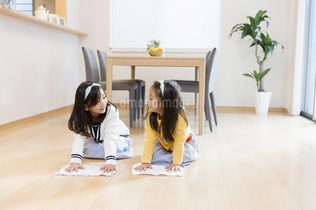 お手伝いをする子供達の写真素材 [FYI04256785]