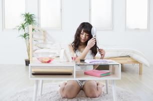 髪をとかす女性の写真素材 [FYI04256859]