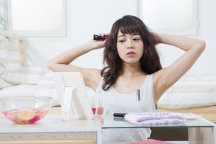 髪をとかす女性の写真素材 [FYI04256860]