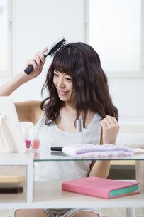 髪をとかす女性の写真素材 [FYI04256864]