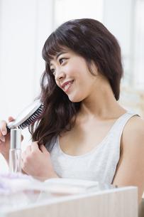 髪をとかす女性の写真素材 [FYI04256872]