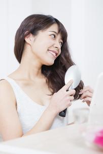 髪をとかす女性の写真素材 [FYI04256877]