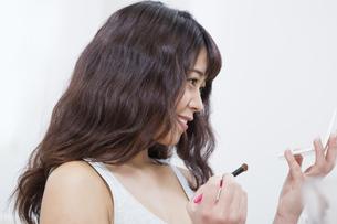 メイクをする女性の写真素材 [FYI04256898]