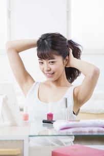 髪をとかす女性の写真素材 [FYI04256900]