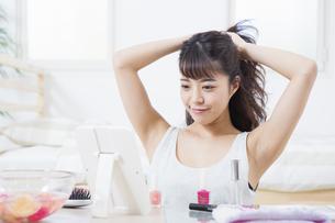 髪をとかす女性の写真素材 [FYI04256902]