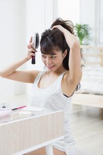 髪をとかす女性の写真素材 [FYI04256907]