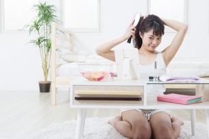 髪をとかす女性の写真素材 [FYI04256908]