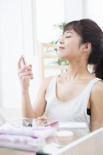 化粧水を付ける女性の写真素材 [FYI04256929]