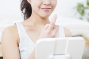 化粧水を付ける女性の写真素材 [FYI04256932]