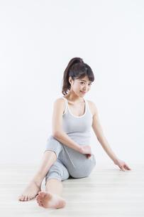 床に座る女性の写真素材 [FYI04257155]