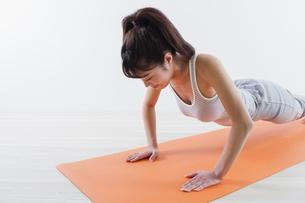 運動する女性の写真素材 [FYI04257262]