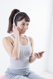 音楽を聴く女性の写真素材 [FYI04257304]