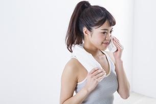 汗を拭く女性の写真素材 [FYI04257316]