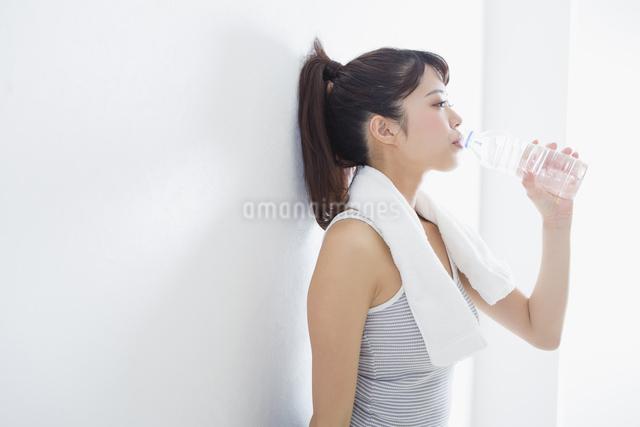 水を飲む女性の写真素材 [FYI04257364]