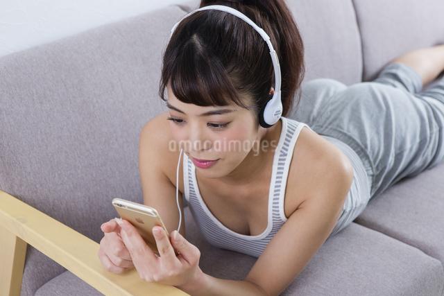 音楽を聴く女性の写真素材 [FYI04257398]