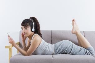 音楽を聴く女性の写真素材 [FYI04257401]