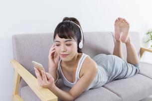 音楽を聴く女性の写真素材 [FYI04257404]