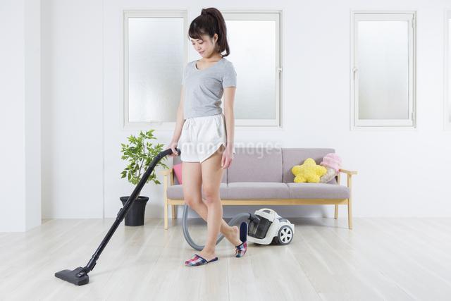 掃除機をかける女性の写真素材 [FYI04257447]