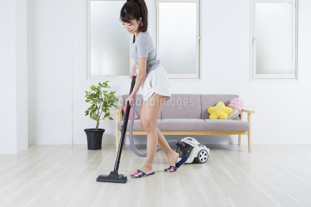 掃除機をかける女性の写真素材 [FYI04257449]