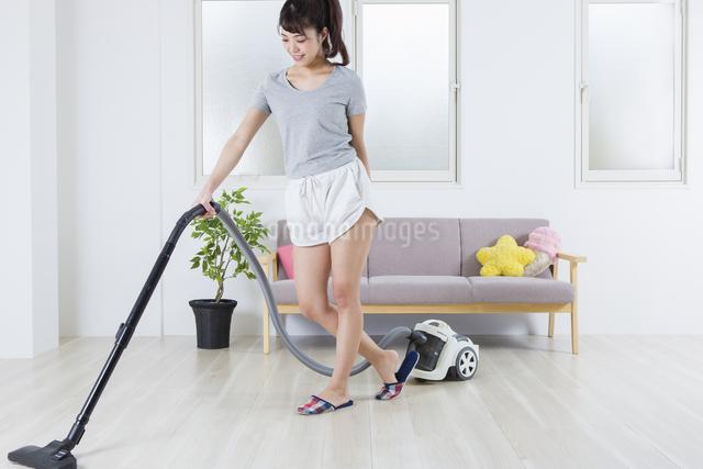 掃除機をかける女性の写真素材 [FYI04257450]