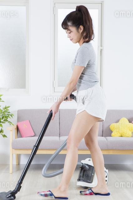 掃除機をかける女性の写真素材 [FYI04257455]