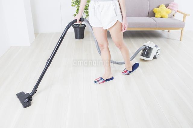 掃除機をかける女性の写真素材 [FYI04257456]