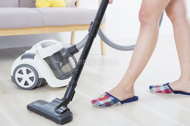 掃除機をかける女性の写真素材 [FYI04257458]